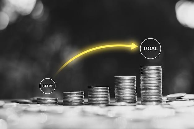 Beaucoup de pièces disposées avec des icônes de technologie sur le dessus, l'idée de commencer un démarrage financier vers l'objectif.