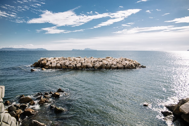 Beaucoup de pierres dans la mer