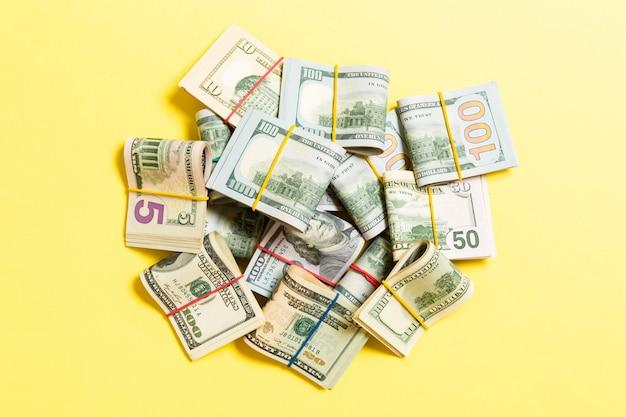 Beaucoup de pile de billets de 100 dollars. isolé sur fond coloré wiev haut avec copie espace