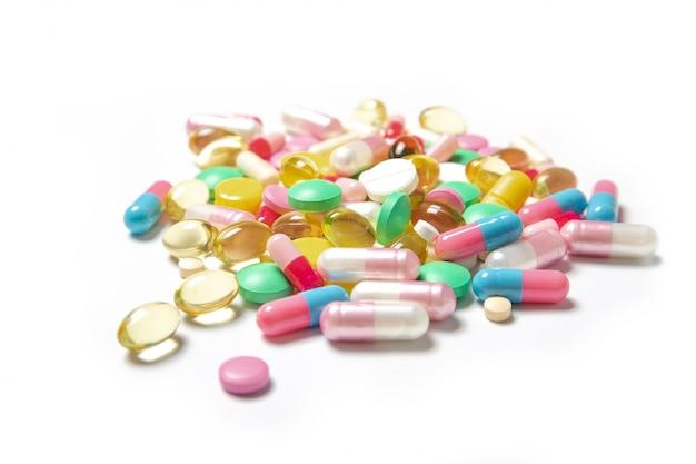 Beaucoup de pilules colorées sur fond blanc