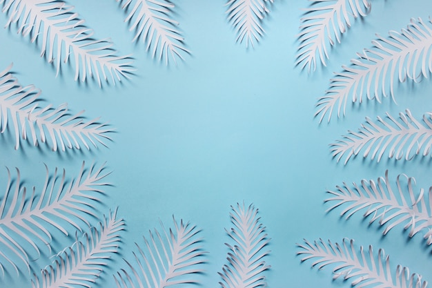 Beaucoup de plumes de feuilles de papier à la main disposées dans un cercle