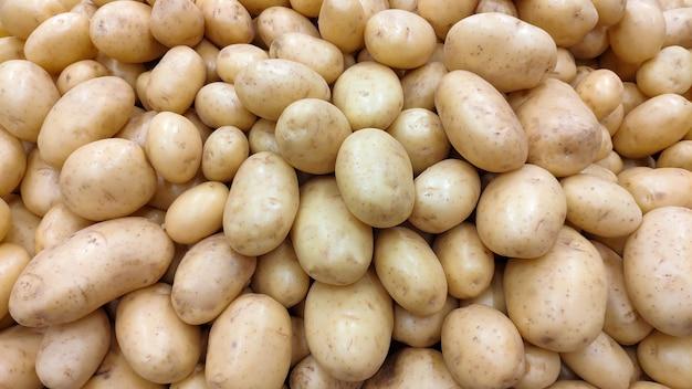 Beaucoup de pommes de terre dans la télécabine du supermarché.