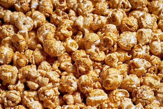 Beaucoup de pop-corn avec gros plan de caramel sucré pour les films