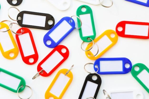Beaucoup de porte-clés colorés avec un endroit pour signer la vue de dessus