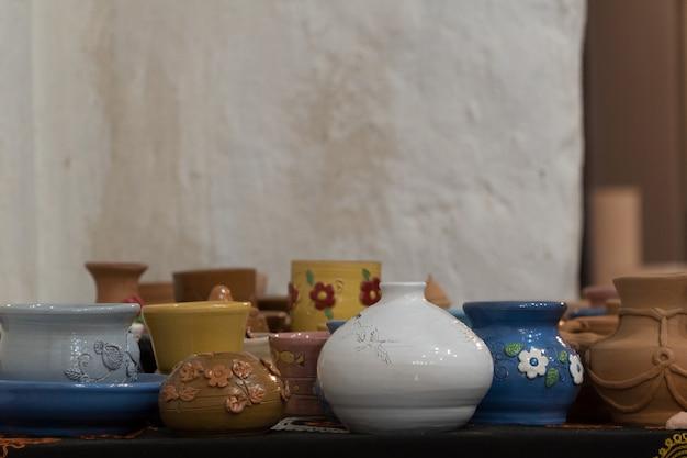 Beaucoup de pots en argile joliment décorés. bricolage pour enfants