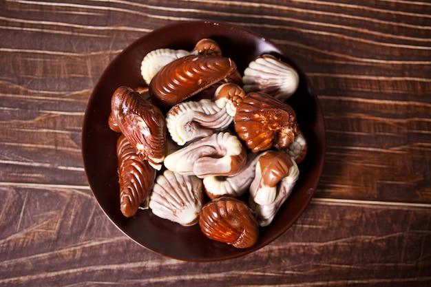 Beaucoup de pralines au chocolat dans une assiette. vue de dessus.
