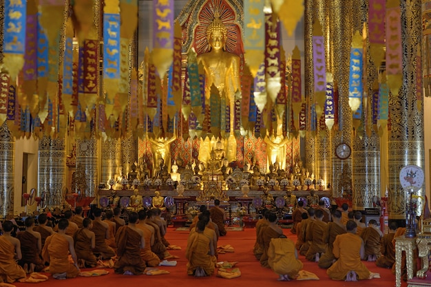 Beaucoup de prière de bouddha