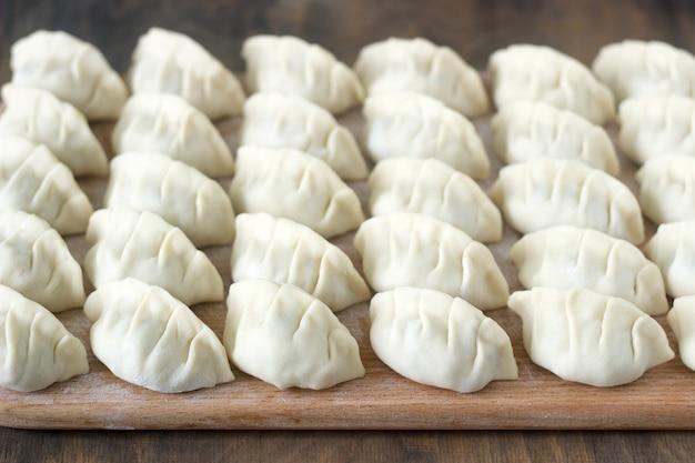 Beaucoup de raviolis chinois jiaozi ou gedza crus, communs en asie de l'est.
