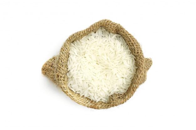 Beaucoup de riz au jasmin dans le sac, isolé sur blanc