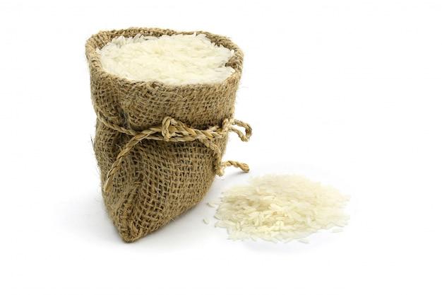 Beaucoup de riz au jasmin en sac, isolé sur blanc
