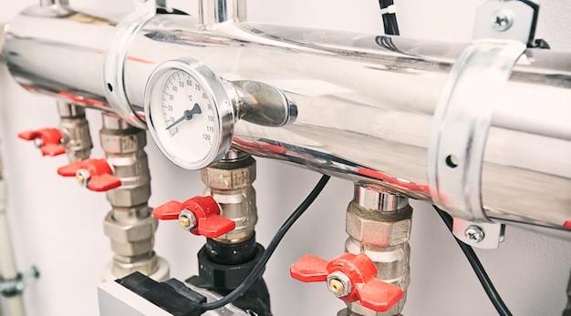 Beaucoup de robinets et autres équipements différents pour la salle d'ébullition