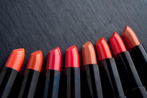 Beaucoup de rouges à lèvres, de couleurs différentes