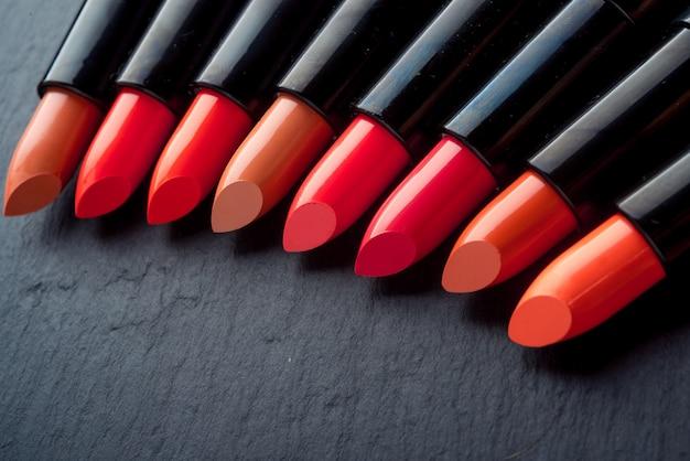 Beaucoup de rouges à lèvres différents, de couleurs différentes