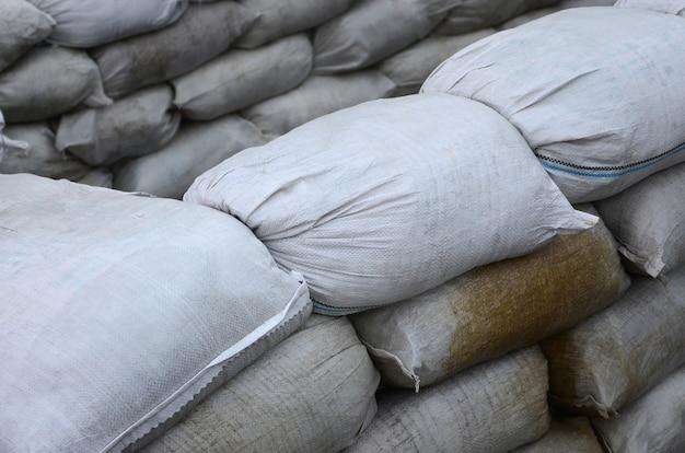 Beaucoup de sacs de sable sales pour la défense contre les inondations. barricade de sacs de sable de protection à usage militaire. beau bunker tactique