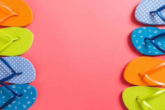 Beaucoup de sandales de couleur flip flop, vacances d'été sur couleur