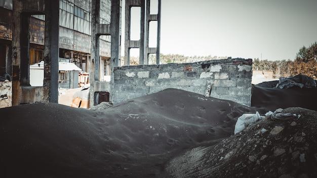 Beaucoup de scories sombres de l'industrie du fer et de l'acier dans une usine désaffectée.