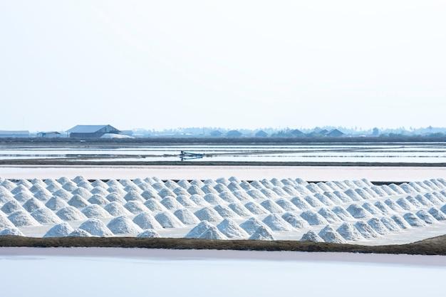 Beaucoup de sel dans le champ de sel de samut sakhon, thaïlande