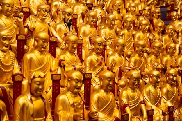 Beaucoup de statues en or des lohans dans le temple de longhua à shanghai, en chine. célèbre temple bouddhiste en chine.