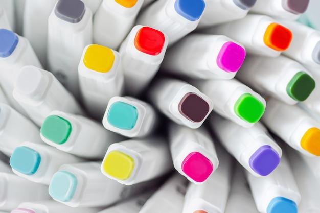 Beaucoup de stylos marqueurs couleurs assorties