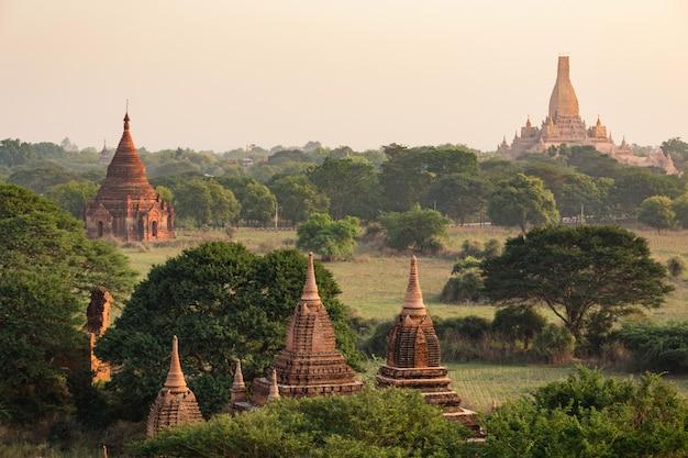 Beaucoup de temples de bagan au myanmar