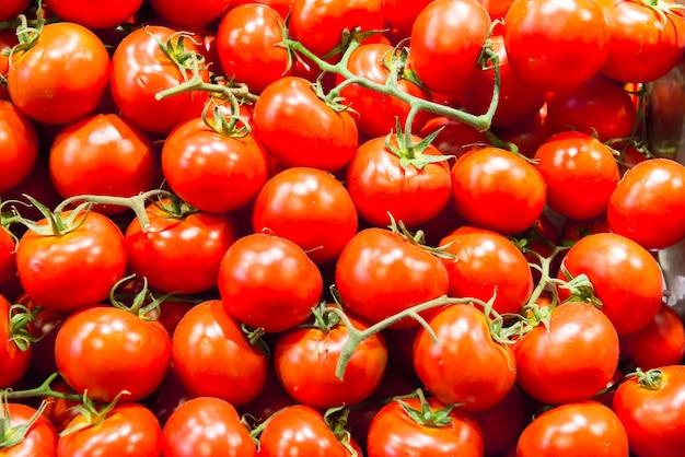 Beaucoup de tomates rouges au marché de ferme