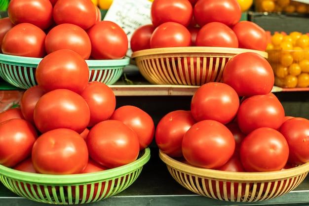 Beaucoup de tomates se trouvent les unes sur les autres en forme de pyramide au soleil