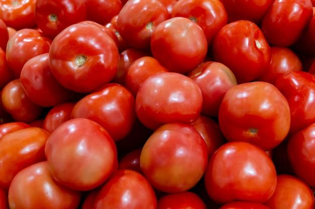 Beaucoup de tomates sont dans un tiroir du magasin