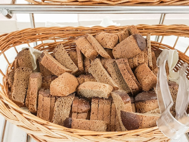 Beaucoup de tranches de pain noir dans un panier en osier