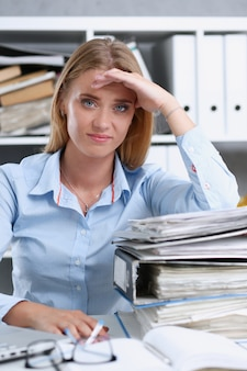 Beaucoup de travail attend une femme fatiguée et épuisée