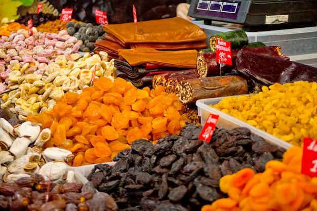 Beaucoup de types de fruits secs avec des prix sur un marché oriental.