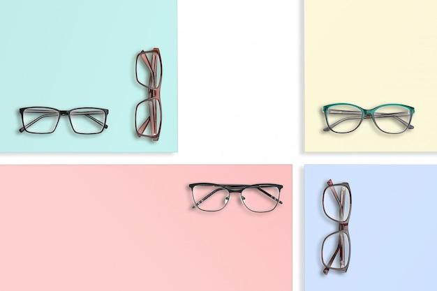 Beaucoup de verres de style classique sur des supports de couleur carrée, composition.