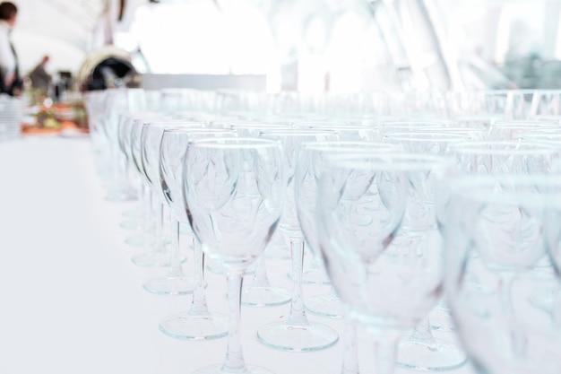 Beaucoup de verres en verre vides sur la table du restaurant