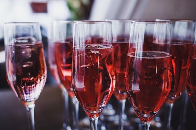 Beaucoup de verres de vin et de glace à la fête