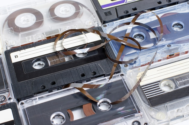 Beaucoup de vieilles cassettes audio. vue de côté