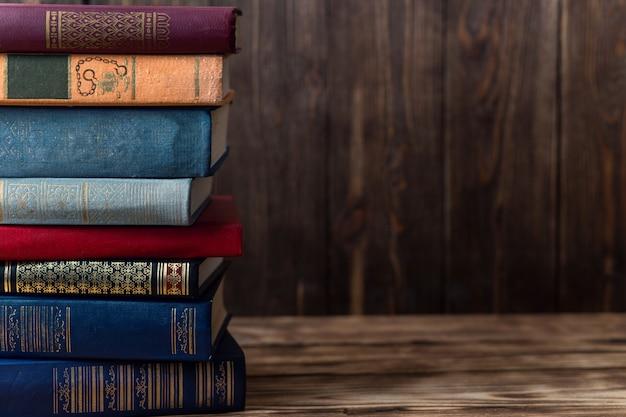 Beaucoup de vieux livres sur fond de bois