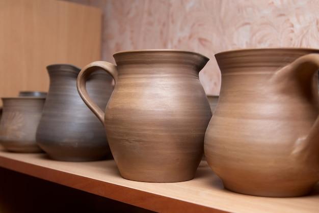 Beaucoup de vieux pots en argile faits à la main sur l'étagère.