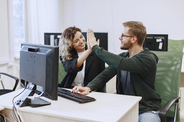 Beauté avec un ami. l'homme et la femme communiquent. les étudiants étudient l'informatique.
