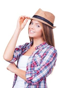 Beauté au chapeau. happy young women holding hands on hat en se tenant debout sur fond blanc