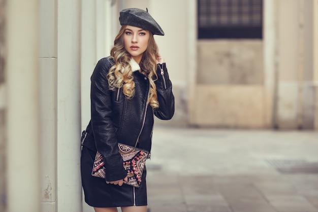 Beauté blond d'hiver assez moderne