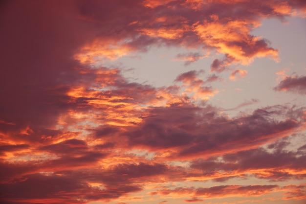 Beauté colorée ciel dramatique avec nuage au coucher du soleil