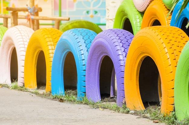 Beauté colorée de vieux pneu fait décoration de clôture de construction dans le jardin à l'ancienne école