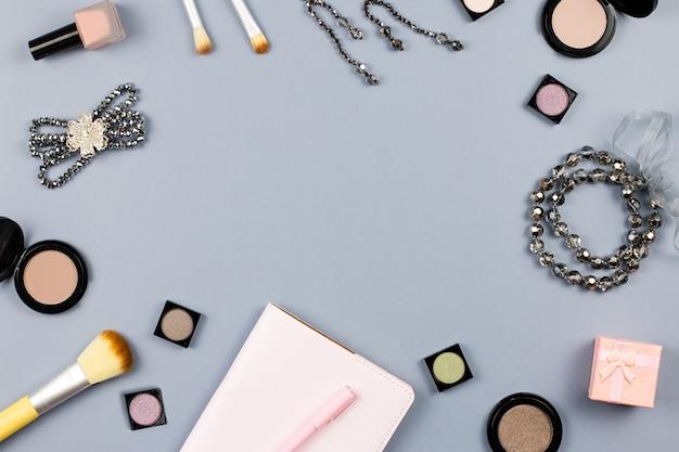 Beauté, concept de blogueuse mode. accessoires de mode, carnet de notes et cosmétiques sur fond gris à plat.