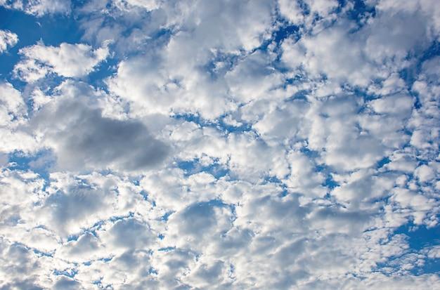 La beauté du ciel avec les nuages et le soleil.