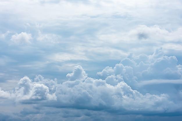 La beauté du ciel et de la pluie nuageuse dans la journée.
