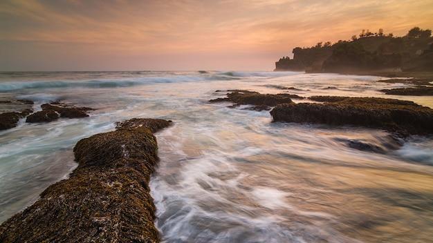 La beauté du coucher de soleil sur la plage de ngrawe, gunungkidul, yogyakarta. nouvelle plage explorée près de gunungkidul. hdr traité.