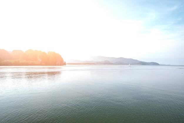 Beauté du paysage dans la matinée de krabi, thaïlande