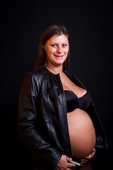 Beauté enceinte sur fond noir