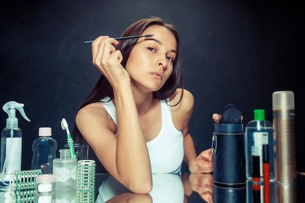 Beauté femme appliquant le maquillage