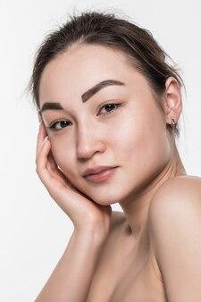 Beauté femme asiatique avec une peau douce et propre isolée sur mur blanc.