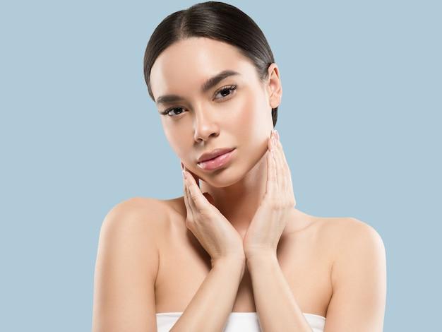 Beauté de la femme asiatique soins de la peau en bonne santé et beaux cheveux portrait de modèle féminin fond de couleur bleu